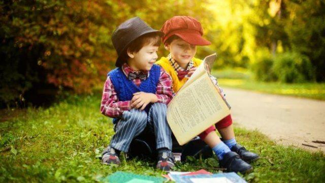 読書を楽しむ2人の子供