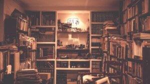 本がたくさん詰まった本棚の画像