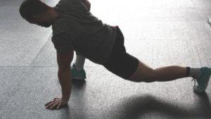 準備運動をする男性の画像