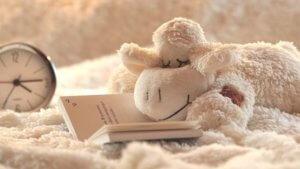 寝ている羊のぬいぐるみの画像