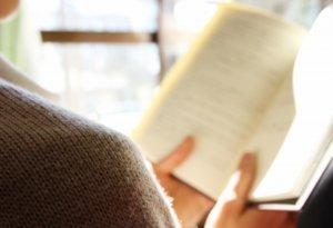 読書をする姿の画像