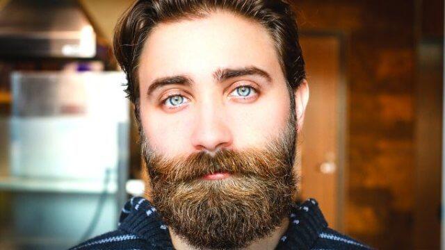 ひげの濃い男性の画像